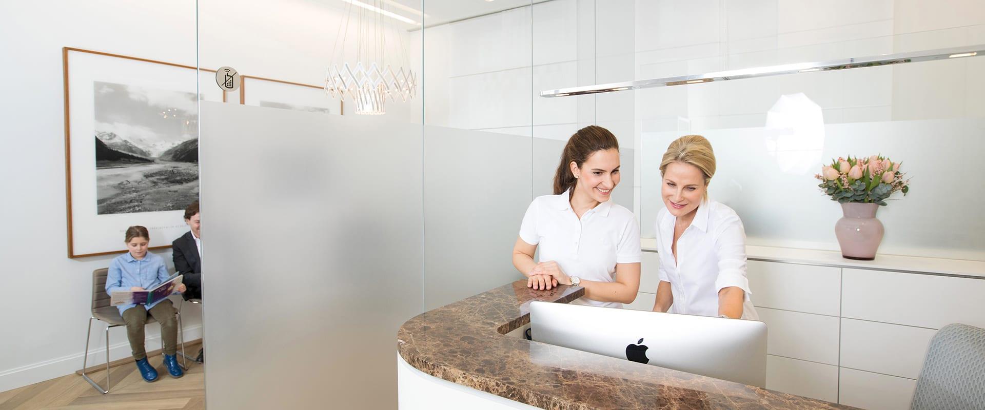 Astrid Irmisch mit Kollegin an der Rezeption ihrer Praxis