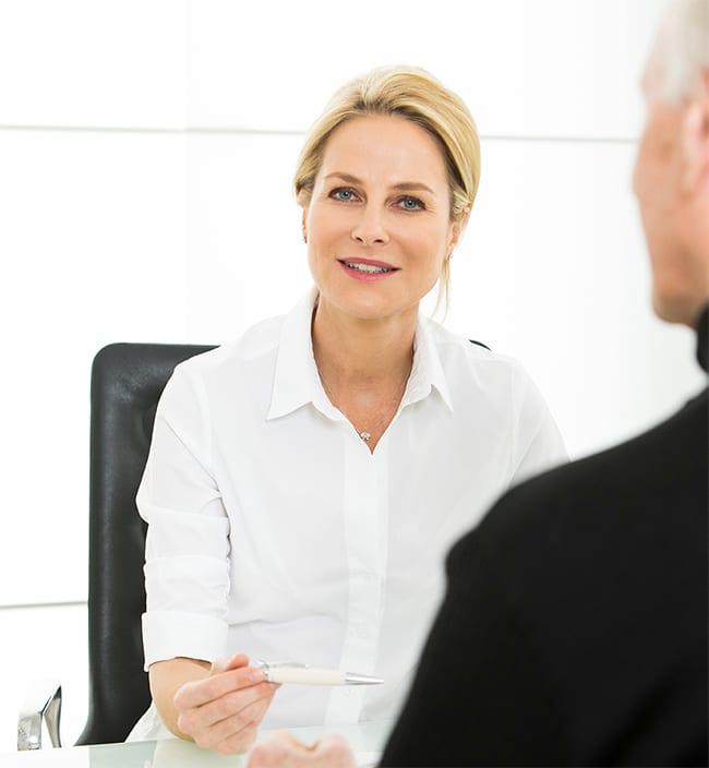 Dr. Med. Astrid Irmisch bei der Beratung eines Patienten