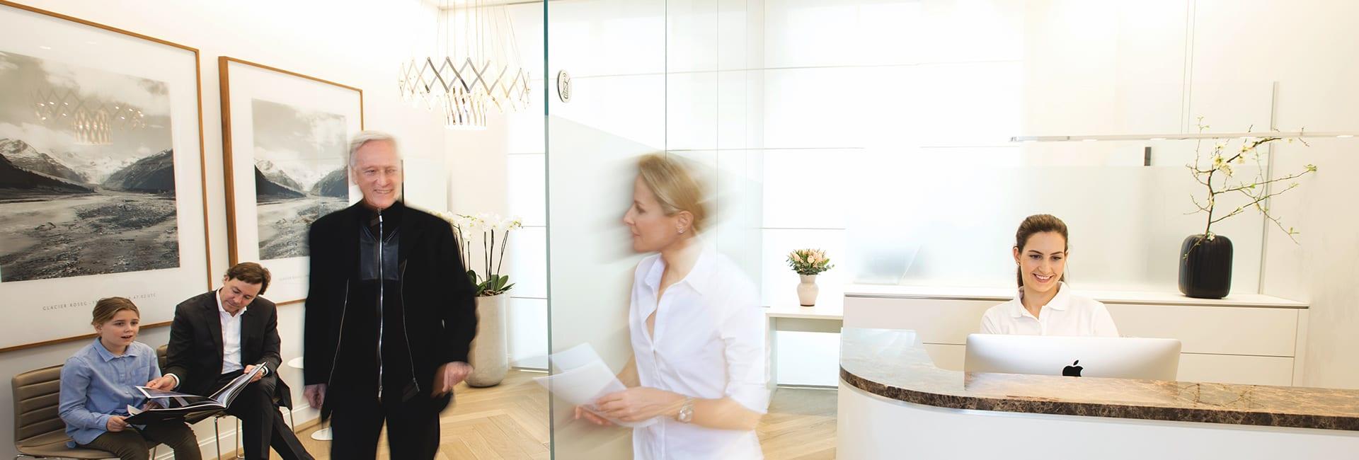 Frau Dr. Astrid Irmisch empfängt einen Patienten